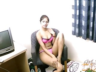 Amateur Indian chick Divya and say no to toy